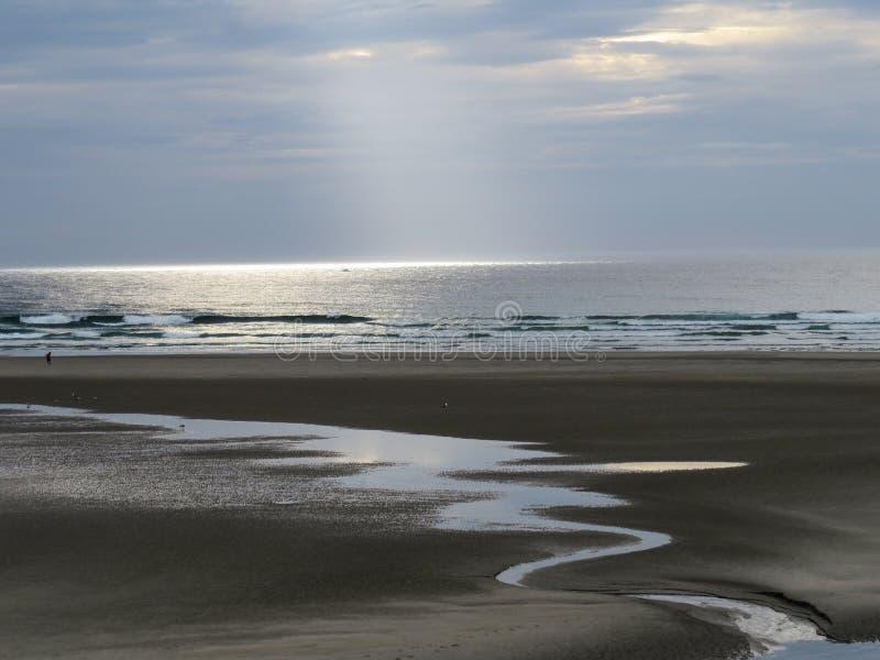 Sikt av havet och lågvattenlöparen på stranden arkivfoto