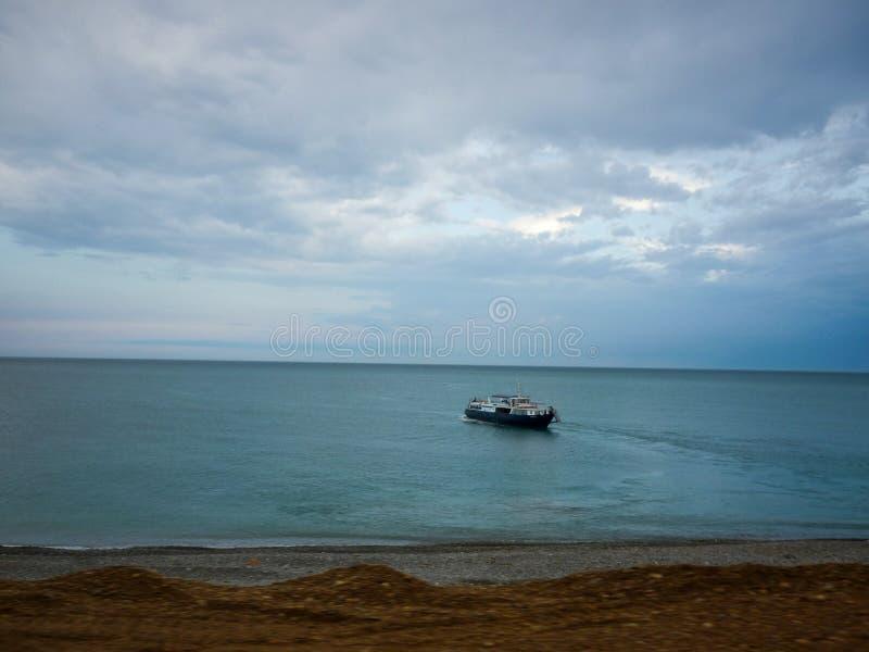 Sikt av havet och seglingskeppet molnigt royaltyfria foton