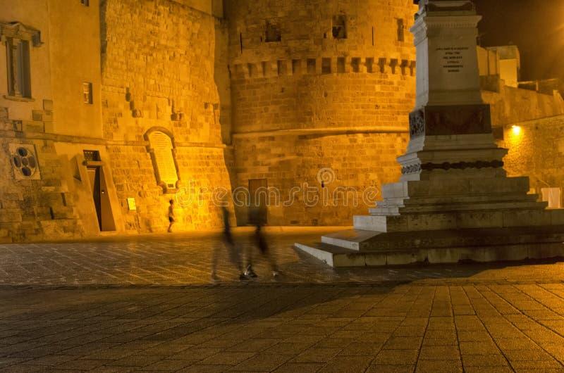 Sikt av hektiskt liv i staden av Otranto arkivfoto
