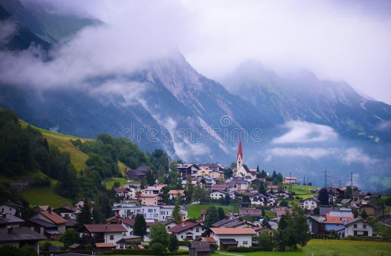 Sikt av helgonet Anton f.m. Arlberg i Österrike royaltyfri fotografi