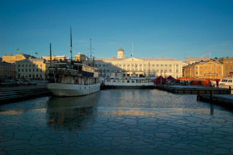 Sikt av Helsingfors port i vinter arkivbild