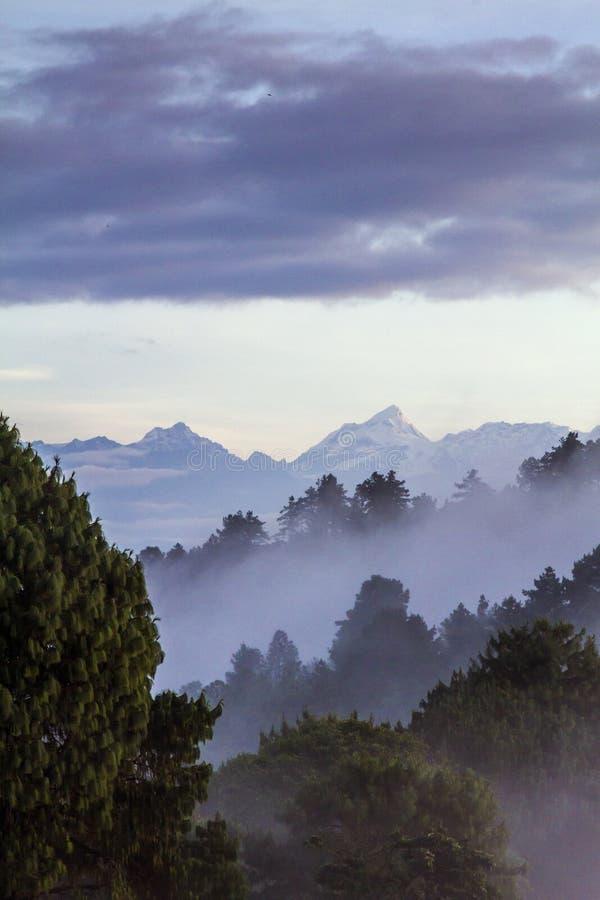 Sikt av Himalayan berg i Nepal arkivbild