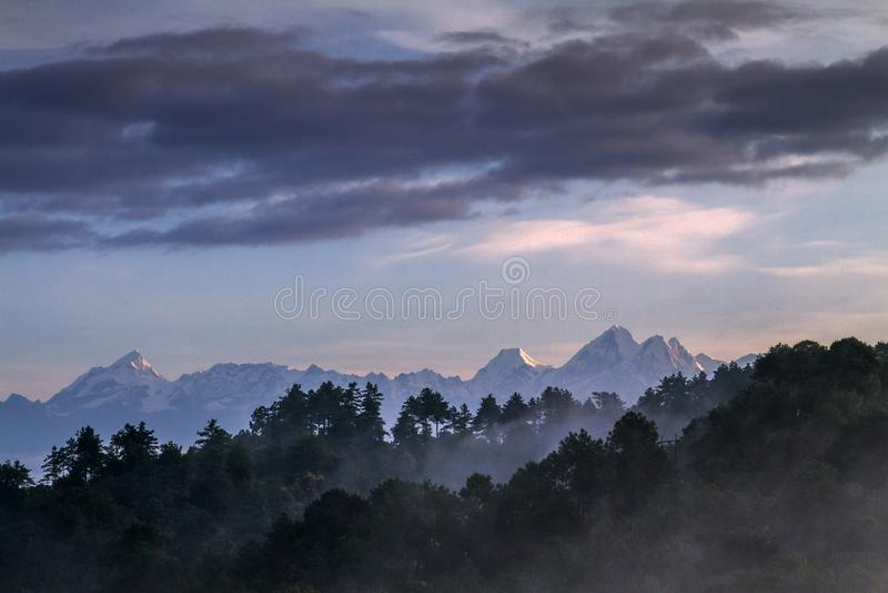 Sikt av Himalayan berg i Nepal royaltyfria foton