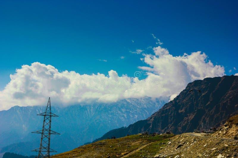 Sikt av himalayas på manalien som är himachal, Indien gräsplan för blåa himlar betar fotografering för bildbyråer