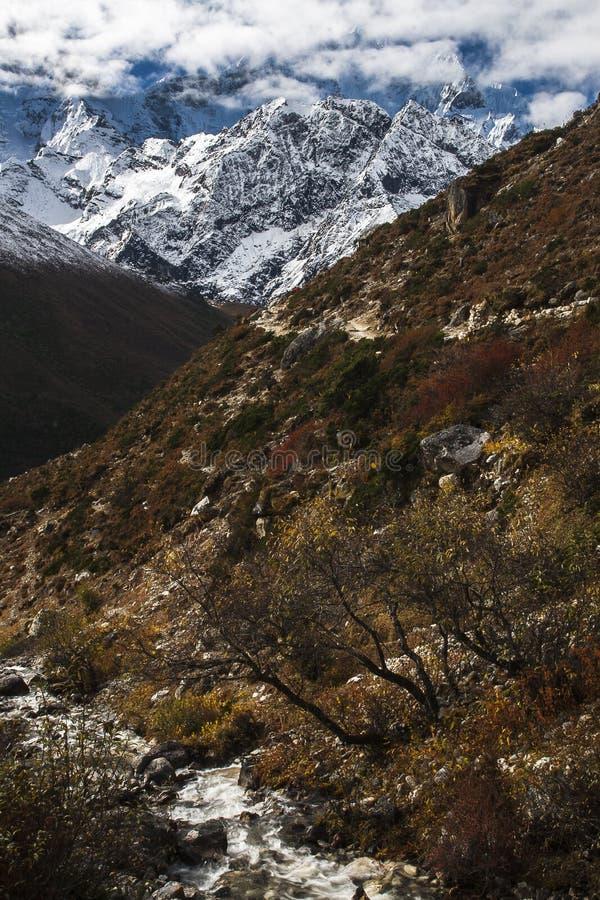 Sikt av himalayasna från byn av Pangboche fotografering för bildbyråer