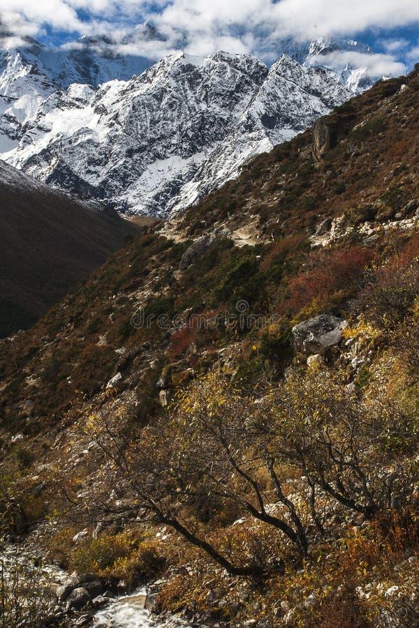 Sikt av himalayasna från byn av Pangboche royaltyfri foto
