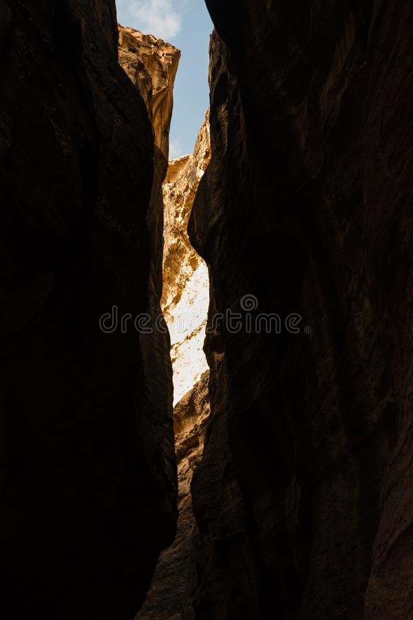 Sikt av himmel från al-Siq i Petra, Jordanien Petra är en av de nya sju underna av världen royaltyfri foto