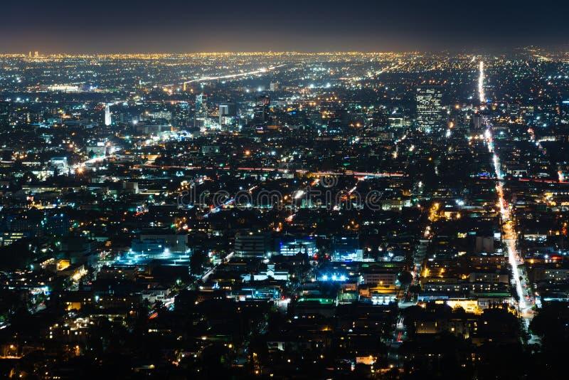 Sikt av Hollywood på natten, från Griffith Observatory, i Griffi royaltyfri fotografi