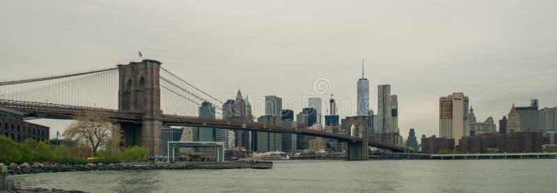 Sikt av horisont för Brooklyn bro och Manhattan arkivfoton