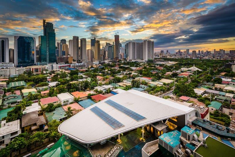 Sikt av horisonten av Makati på solnedgången, i tunnelbanan Manila fotografering för bildbyråer