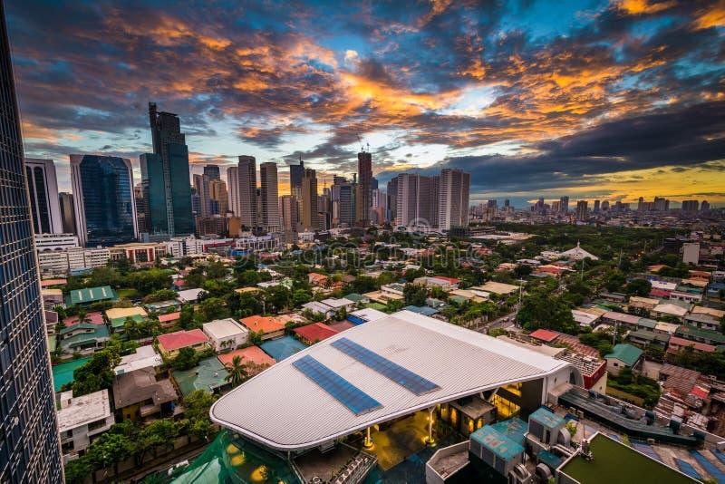 Sikt av horisonten av Makati på solnedgången, i tunnelbanan Manila, Phen arkivbild
