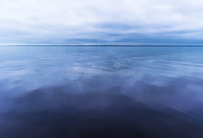 Sikt av horisontlinjen med sommarhimmel och blåtthavet royaltyfri fotografi