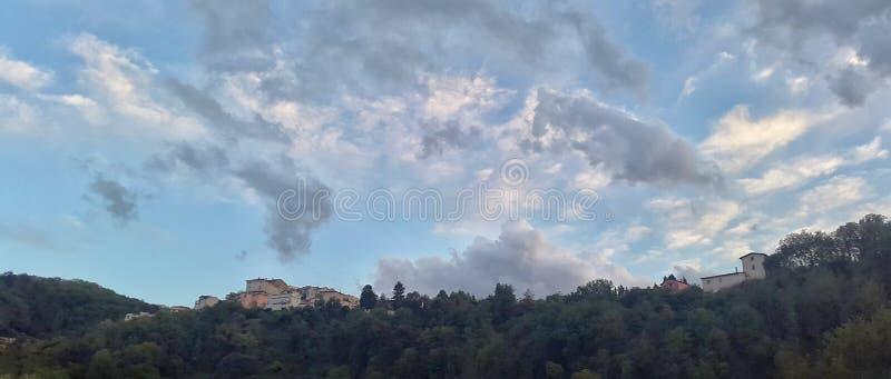 Sikt av huset överst av kullen på Atina Lazio Italien royaltyfri foto