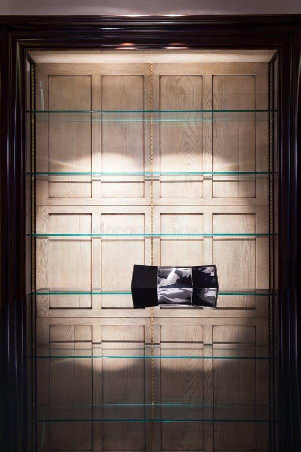 Sikt av hyllor som göras av exponeringsglas fotografering för bildbyråer
