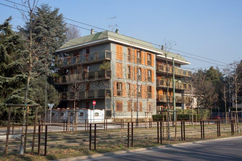 Sikt av hyreshusar med på vägen i bostadsområdet av San Siro, i Milan, tidigt på morgonen royaltyfri bild