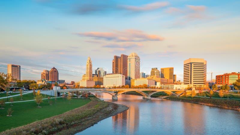 Sikt av i stadens centrum Columbus Ohio Skyline på solnedgången royaltyfria foton