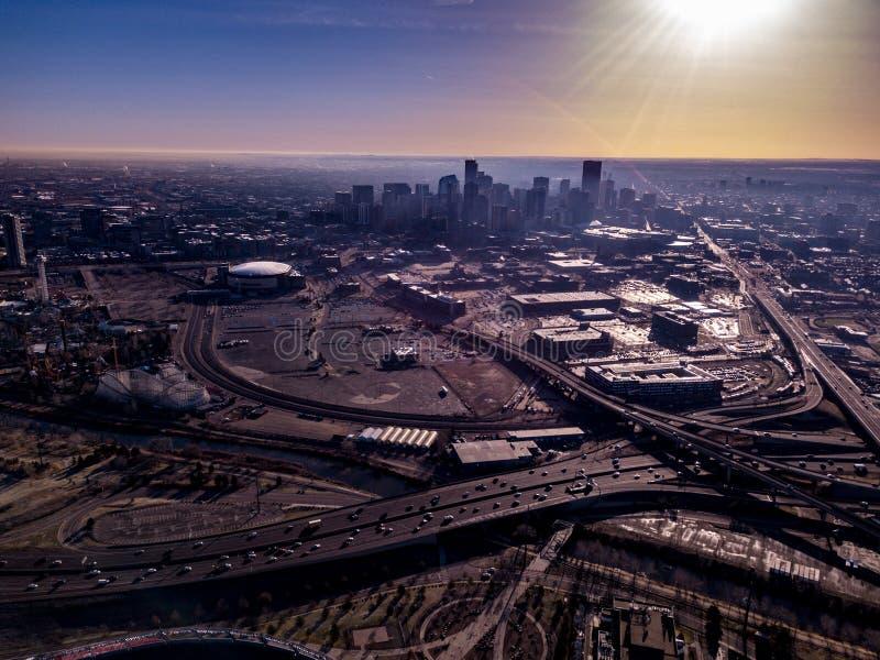 Sikt av i stadens centrum Denver från stadion royaltyfria bilder