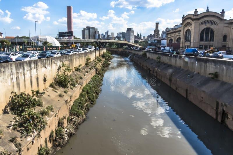 Sikt av i stadens centrum horisont och trafik i den Estado avenyn royaltyfria bilder