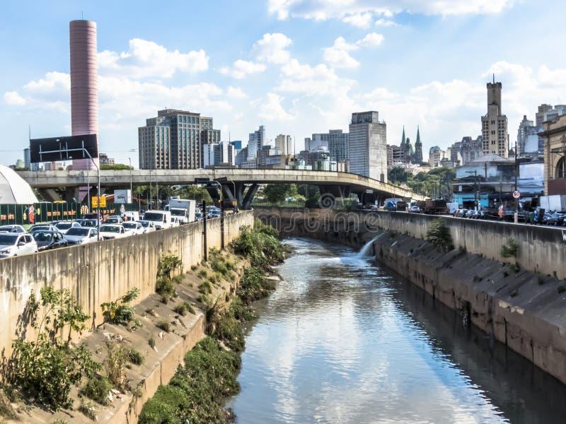 Sikt av i stadens centrum horisont och trafik i den Estado avenyn arkivfoto