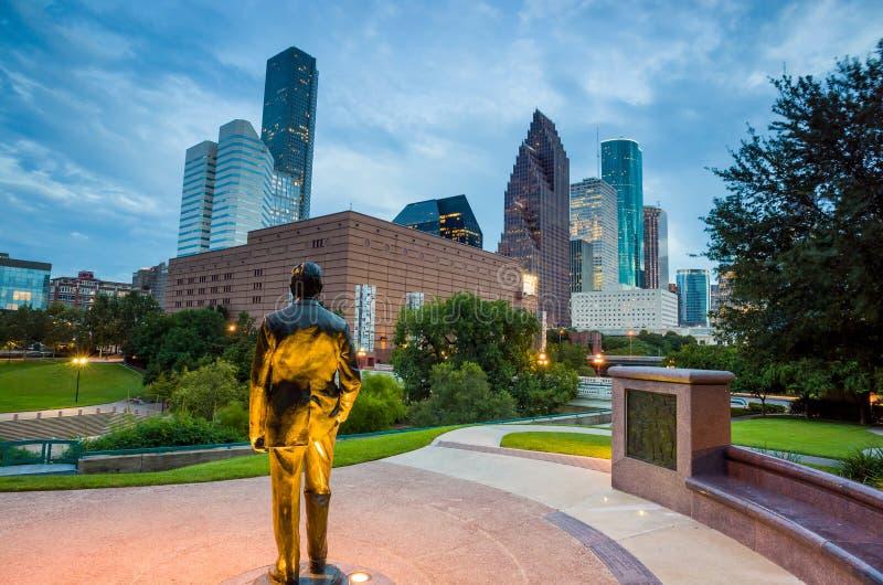 Sikt av i stadens centrum Houston på skymning med skyskrapan arkivbilder