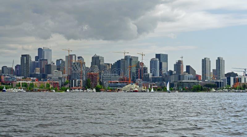 Sikt av i stadens centrum Seattle från sjöunion royaltyfri foto