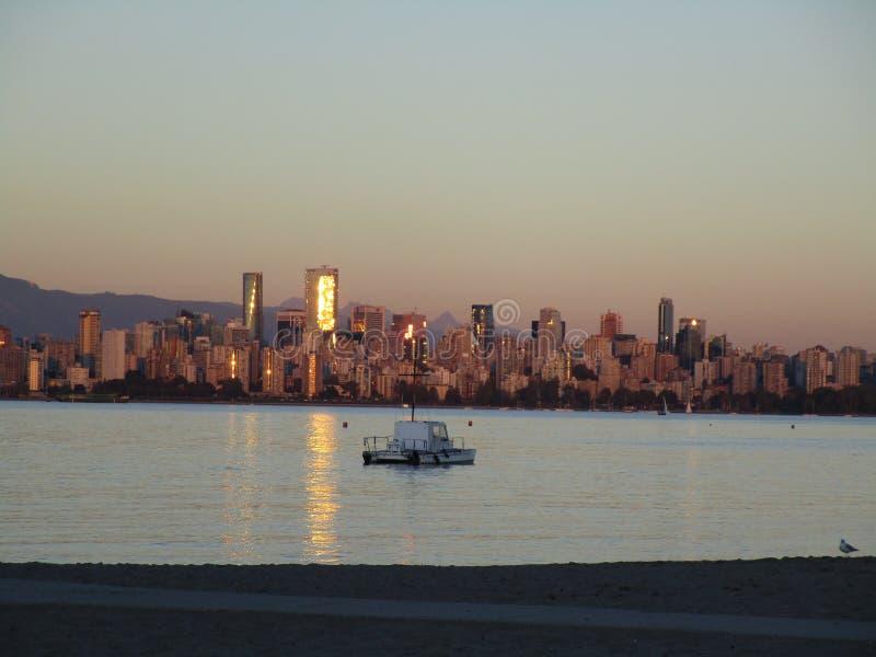 Sikt av i stadens centrum Vancouver horisont i afton från den Jericho stranden royaltyfri bild