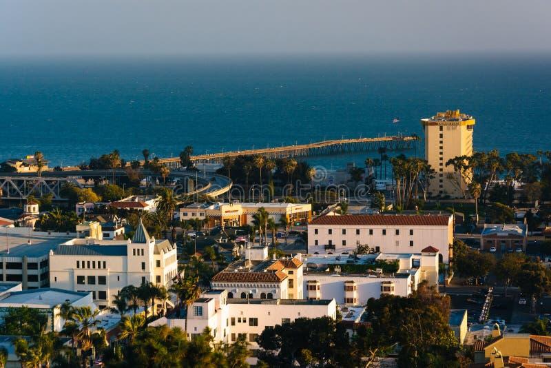 Sikt av i stadens centrum Ventura och Stilla havet från Grant Park, arkivfoton