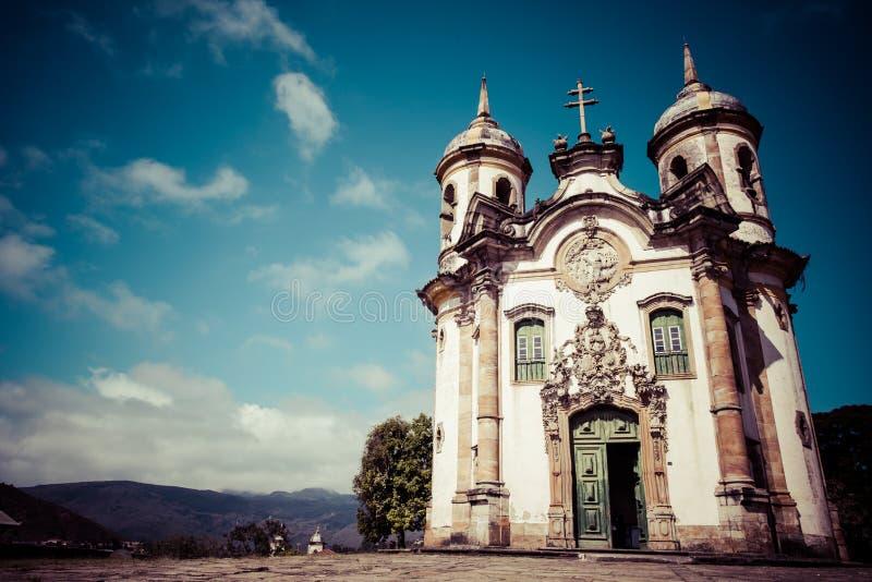 Sikt av Igrejaen de Sao Francisco de Assis av staden för unesco-världsarv av ouropretoen i minas gerais Brasilien fotografering för bildbyråer