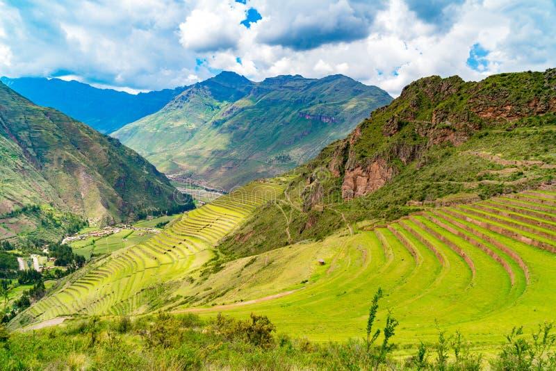 Sikt av Inca Terrace på berget i Inca Sacred Valley på Pisac Peru royaltyfri fotografi