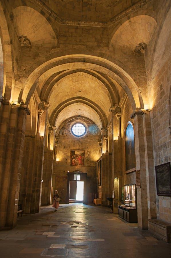 Sikt av ingången, bågarna och kolonnerna av Aixdomkyrkan i Aix-en-provence arkivbild
