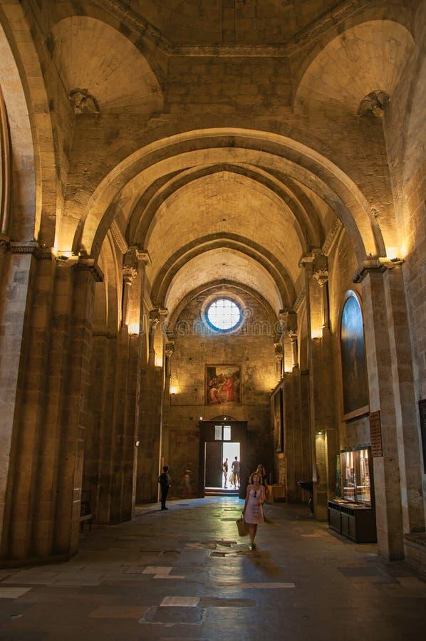 Sikt av ingången, bågarna och kolonnerna av Aixdomkyrkan i Aix-en-provence royaltyfri bild