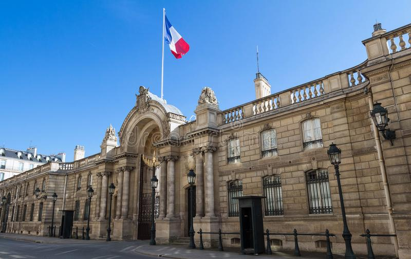 Sikt av ingångsporten av Elyseet Palace från ruen du Faubourg Helgon-Honore Elysee Palace - officiell uppehåll av royaltyfri bild
