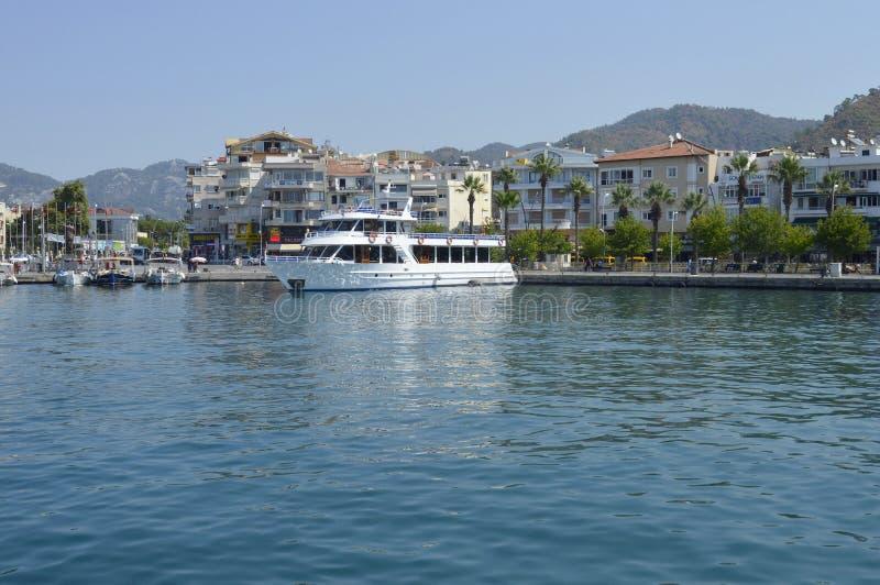 Sikt av invallningen av staden av Marmaris från havet Stad-port och semesterort i Turkiet Sandiga stränder, berglandskap royaltyfri fotografi