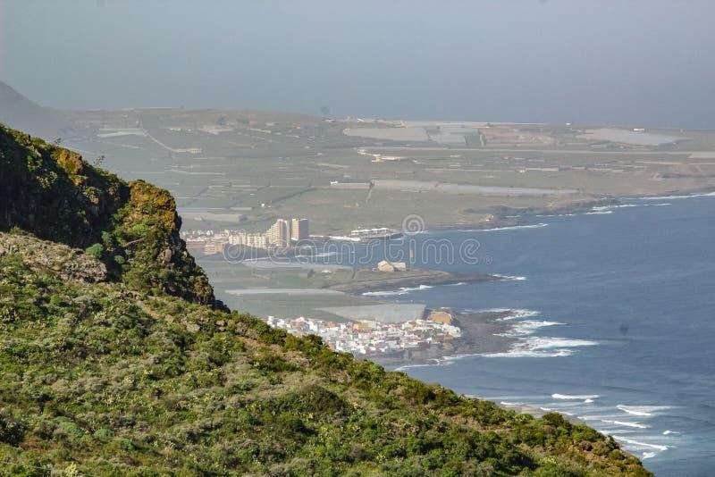 Sikt av Isla Baja Low Island från omgeende berg Nordv?stlig kust av Tenerife, Canarian ?ar royaltyfria foton