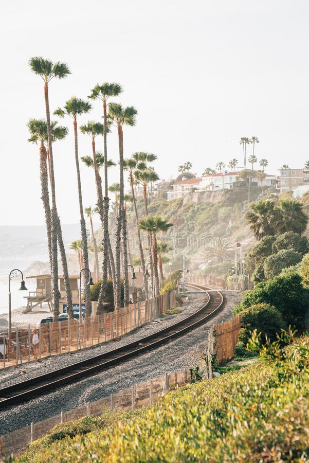 Sikt av järnvägspår och palmträd i San Clemente, orange län, Kalifornien arkivbild
