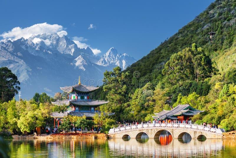 Sikt av Jade Dragon Snow Mountain, Lijiang, Kina royaltyfri foto