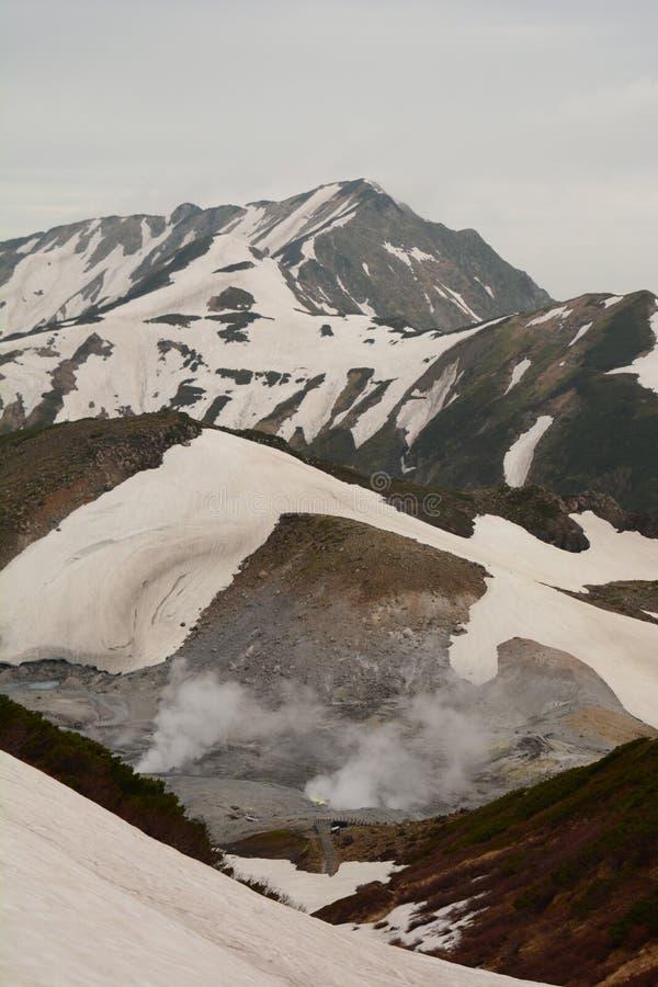 Sikt av Jigokudani, helvetets dal Murodo Tateyama Kurobe alpin rutt japan fotografering för bildbyråer