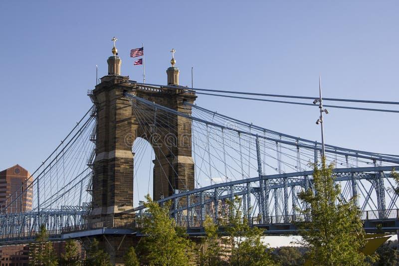 Sikt av Johnen en Roebling upphängningbro i Cincinnati Ohio arkivfoto