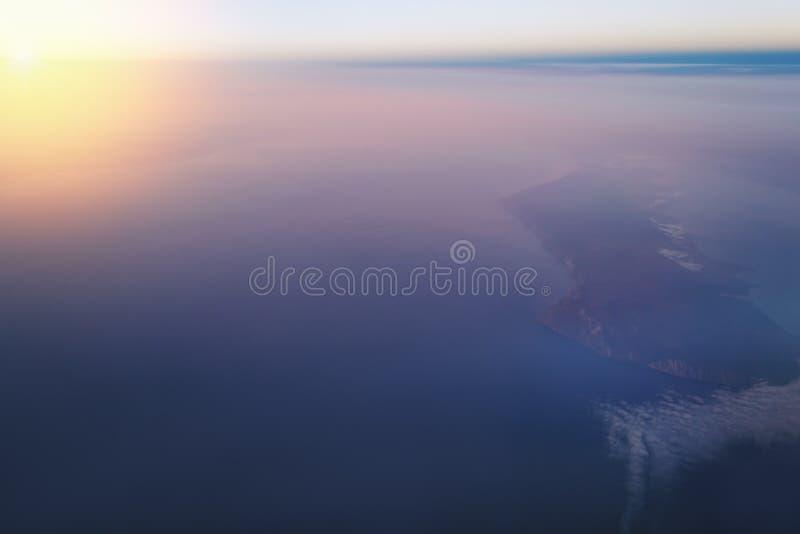 Sikt av jorden och Laket Baikal från fönstret av ett flygplan från en höjd av 10 000 meter fotografering för bildbyråer