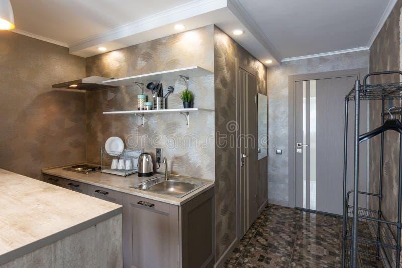 Sikt av köket och ingången till hotellrummet arkivbilder