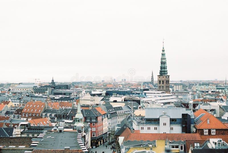 Sikt av Köpenhamnen som ses från ett tak fotografering för bildbyråer