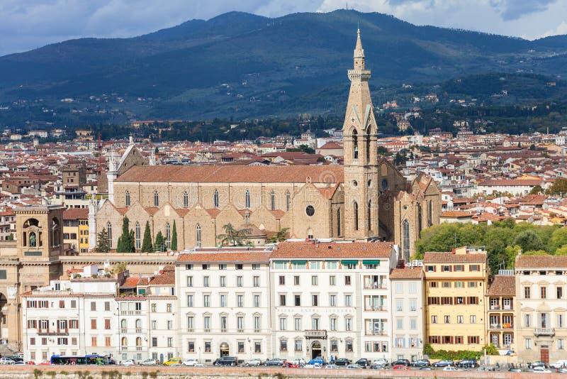 Sikt av kajen och basilikan Santa Croce i Florence fotografering för bildbyråer