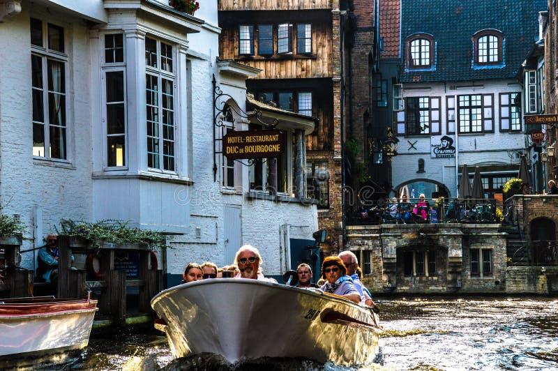 Sikt av kanalen i Bruges, Belgien royaltyfria bilder