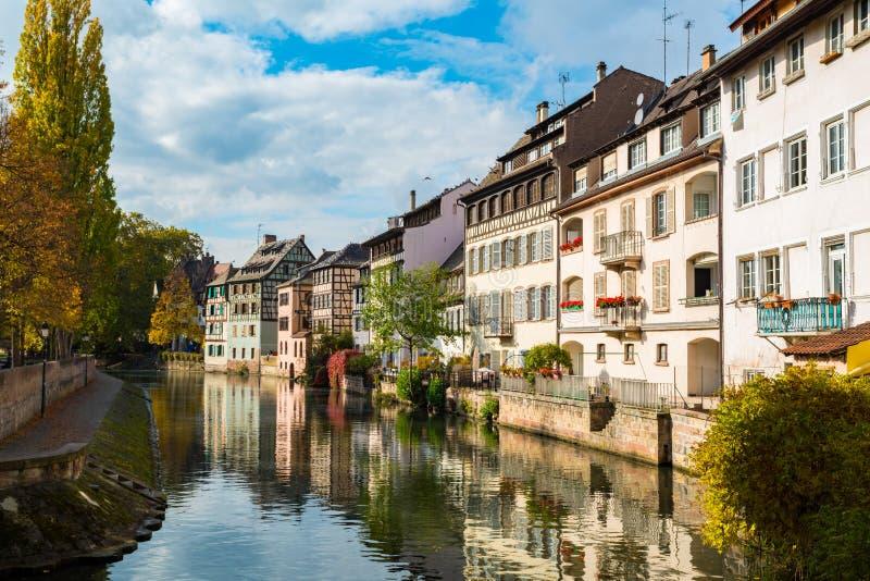 Sikt av kanalen i Petite France område arkivbild