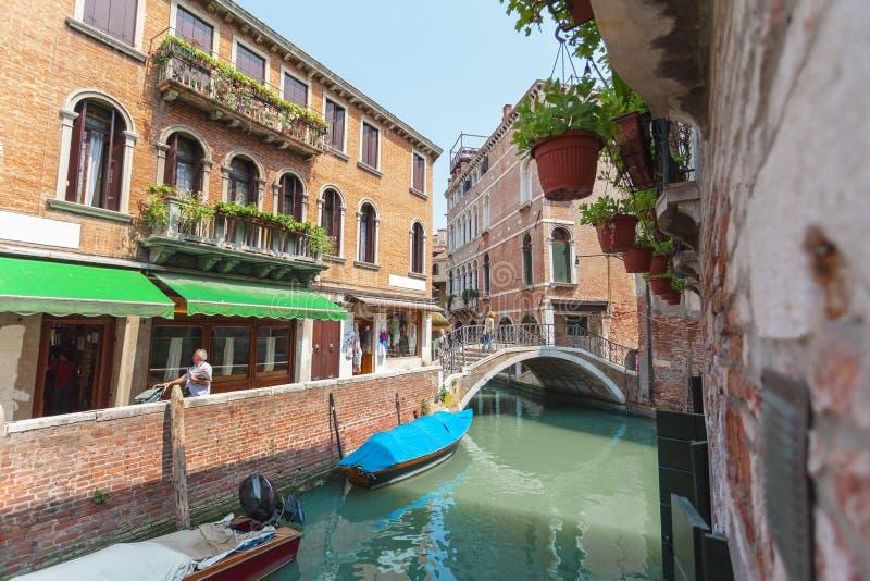 Sikt av kanalen i Venedig, Italien Venedig är en populär turist- destination av Europa royaltyfri foto