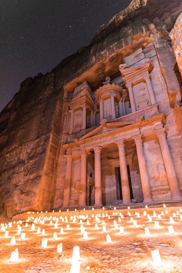 Sikt av kassan under Petra By Night i Jordanien royaltyfria foton