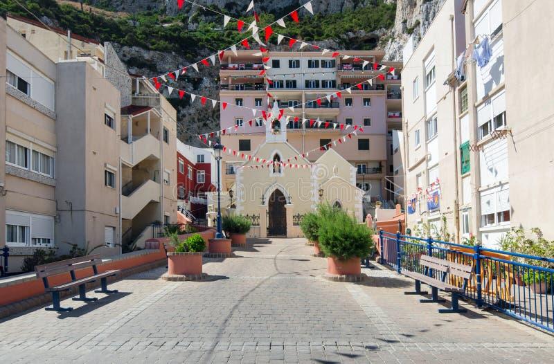 Sikt av katolska kyrkan i Gibraltar Vår dam av sorger kyrktar, lokaliserat i det gamla fiskeläget på Catalan fjärdLa Caleta B royaltyfri bild