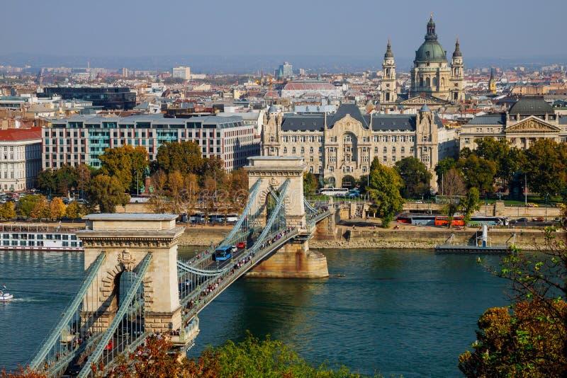 Sikt av kedjebron över Donauen i Budapest, Ungern royaltyfria bilder