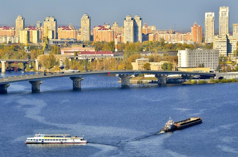 Sikt av Kiev från en bro över Dnieperen ukraine arkivfoton