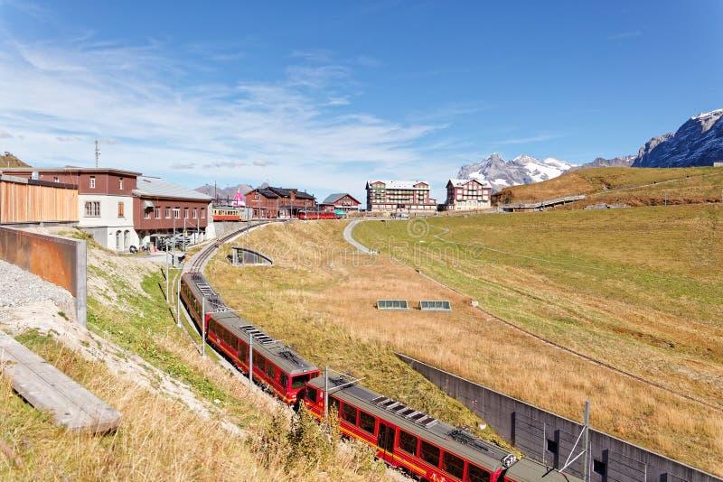 Sikt av Kleine Scheidegg trainstation från drevet arkivbilder
